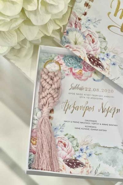 Μπομπονιέρα και προσκλητήριο μαζί γάμου φλοράλ-μπομπονιέρα μπρελόκ μακραμέ