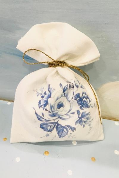 Μπομπονιέρα γάμου πουγκί λευκό φλοράλ με λουλούδια σε μπλε αποχρώσεις